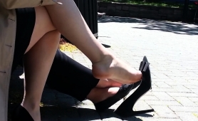 elegant-amateur-babe-flashes-her-sexy-feet-in-the-outdoors