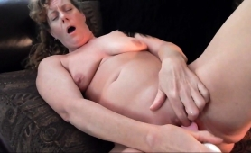 stacked-mature-wife-fucks-her-cunt-with-a-toy-on-the-couch