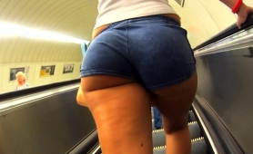 street-voyeur-finds-a-curvy-amateur-blonde-with-a-superb-ass